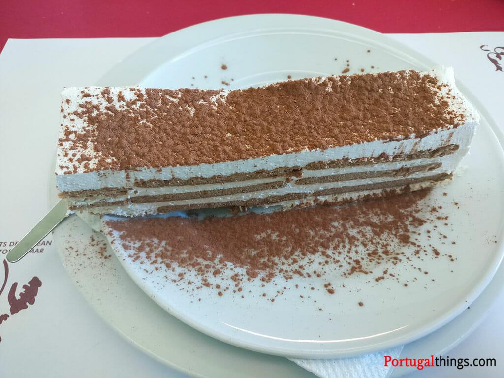bolo de bolacha, uma das sobremesas mais habituais nos restaurantes portugueses