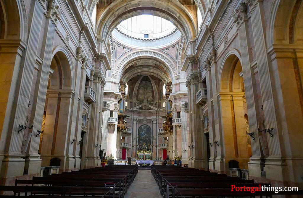 O interior da Basílica de Mafra, um dos edifícios históricos da cidade