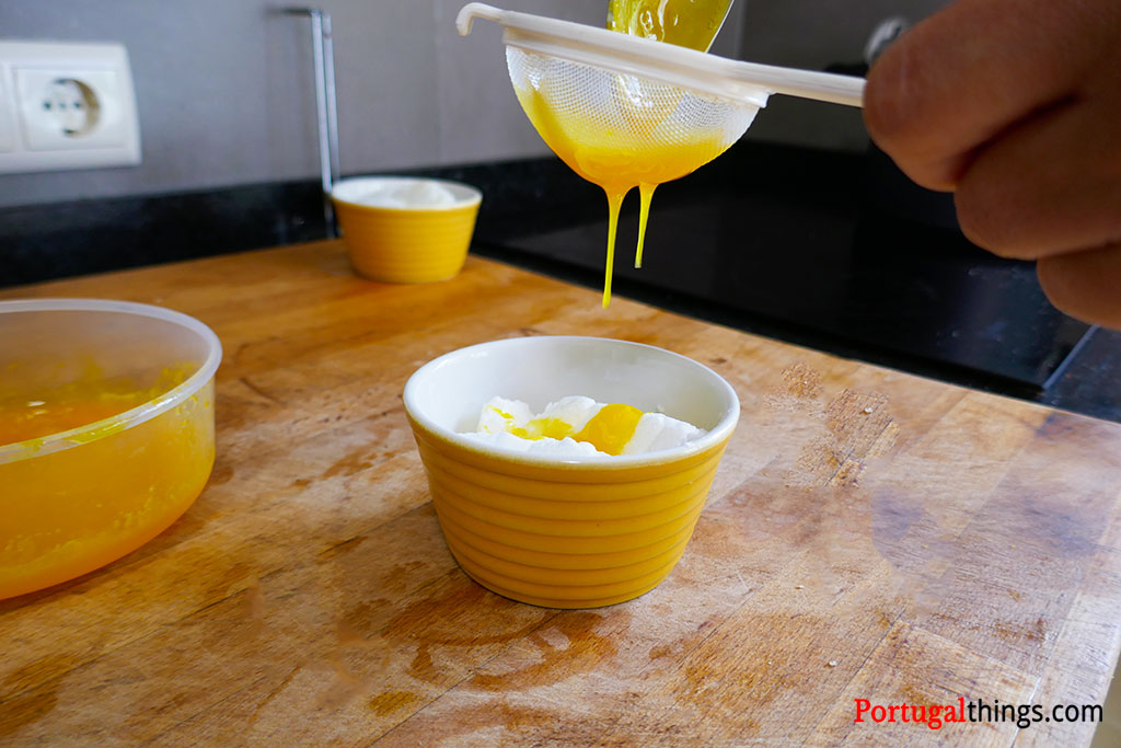 Sweet eggs topping farófias